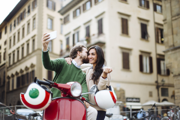 romantischer mann macht selfie beim kuessen