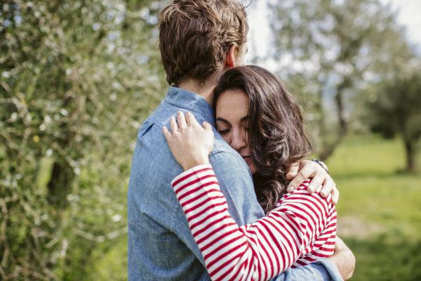 romantisches junges paar umarmt sich waehrend