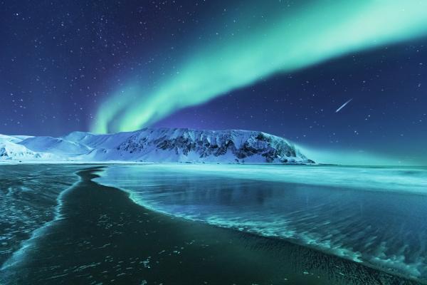 nordlichter ueber dem strand berlevag norwegen