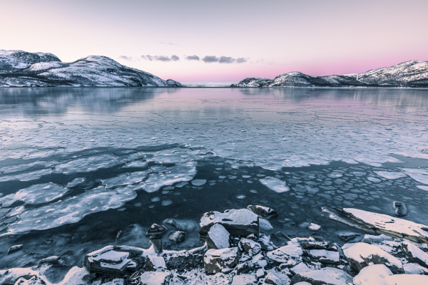 kuestenlandschaft im winter mit gefrorenem lakse