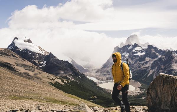 mann zu fuss auf dem berg