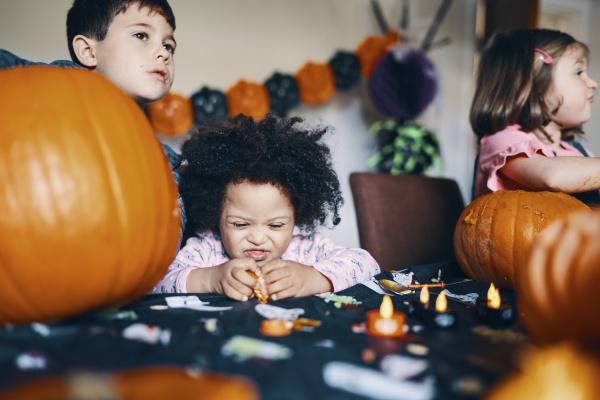 drei kinder an einem tisch die