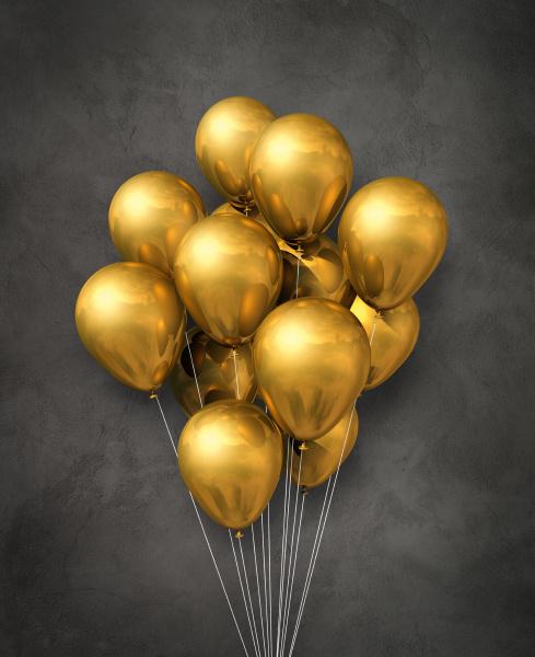 gold luftballons gruppe auf einem betonierten