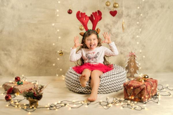 weihnachtsstudio shooting eines suessen maedchens mit