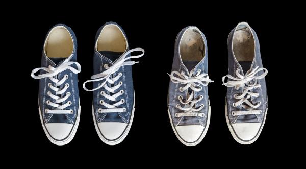 neue und alte blaue sneakers auf