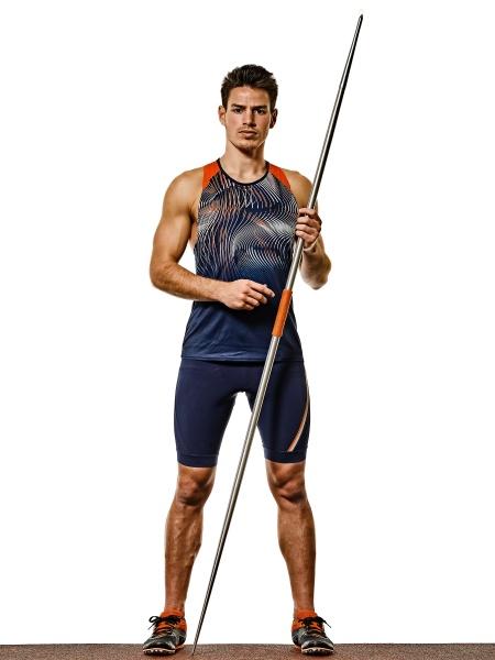 junger mann leichtathletik speersportler isolierter weisser