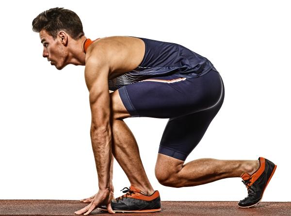 junger mann leichtathletiklaeufer laeuft sprinter sprintet