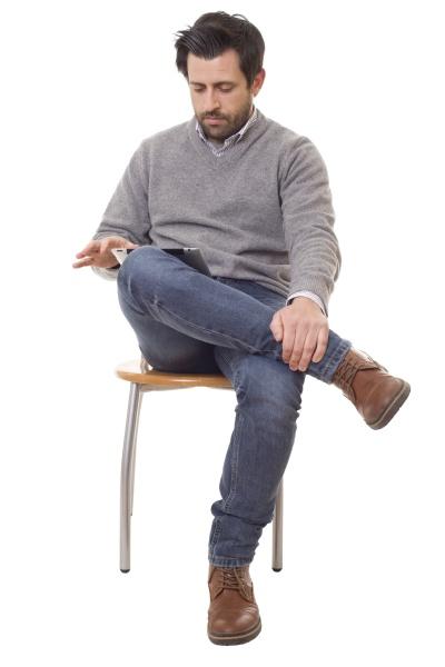 laessiger mann auf einem stuhl