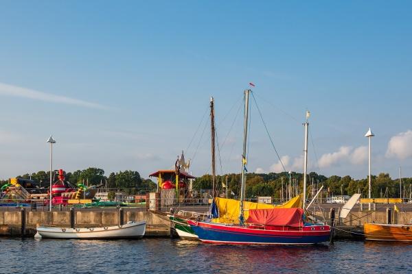 schiffe im stadthafen rostock deutschland