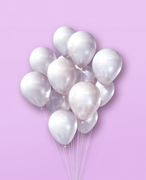 weisse luftballons gruppe auf einem hellrosa