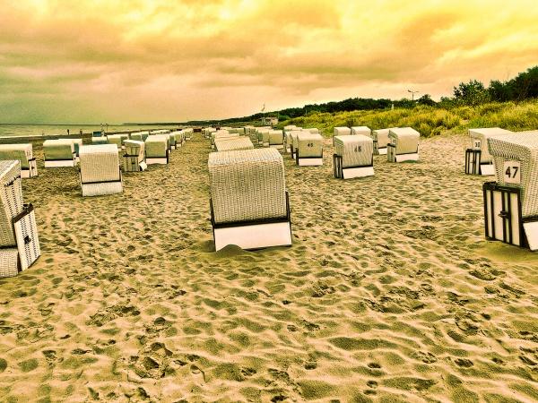strandkoerbe am strand an der ostseekueste