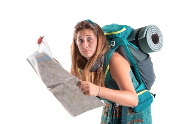 reisende maedchen mit rucksack