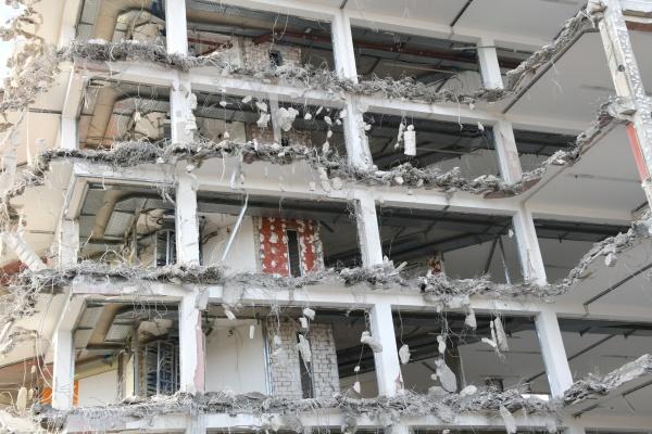 ein hochhaus wird vorschriftsmaessig abgerissen