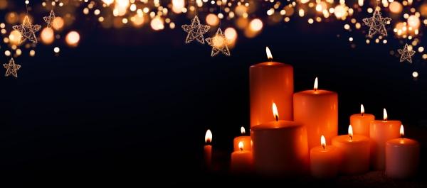 brennende kerzen in der weihnachtsnacht