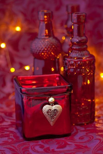 elegantes rotes weihnachtsleben mit glasflaschen