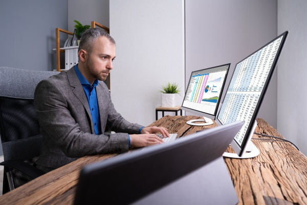 analystenmitarbeiter arbeiten mit tabellenkalkulation
