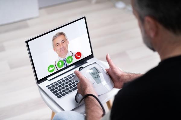 alter senior mann mit hypertonie videokonferenzen