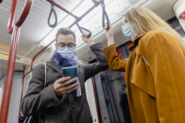 menschen die telefon im zug tragen