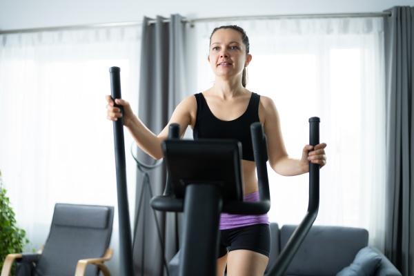 frau, training, auf, elliptische, trainer - 29036255