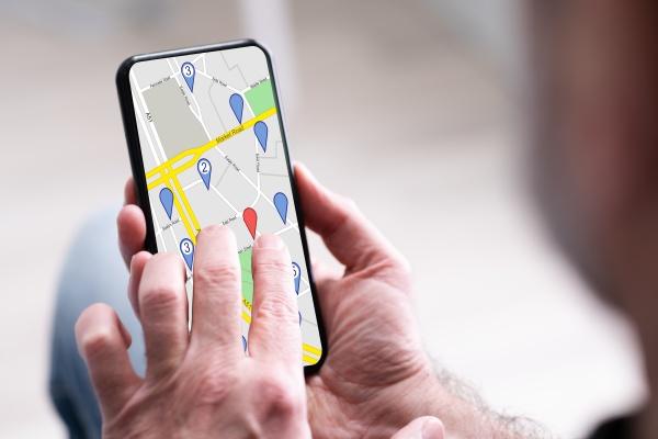 person es hand mit gps navigation