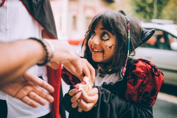 maedchen im halloween kostuem trick or