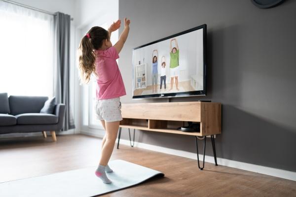 kid doing online tv fitness UEbung