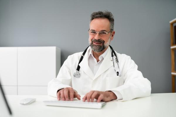 senior older man doctor video konferenz