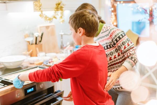 junge putting blatt mit weihnachtskochen in