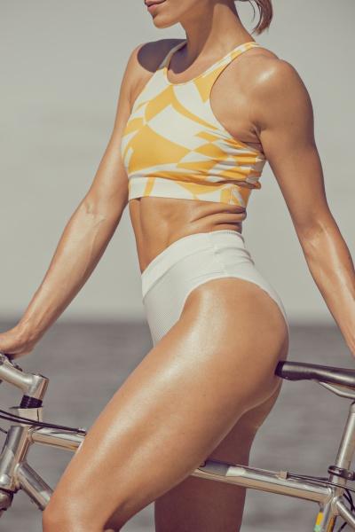 fitte frau mit fahrrad trainiertem koerper