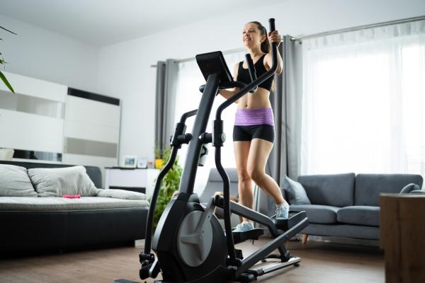 frau training auf elliptische trainer