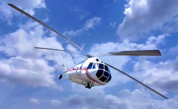 helikopter am blauen himmel mit wolken