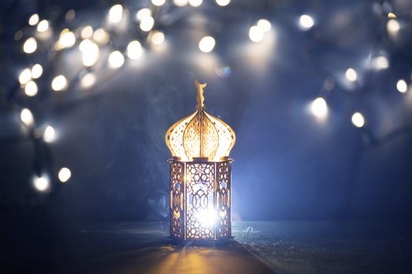 dekorative arabische laterne mit brennender kerze