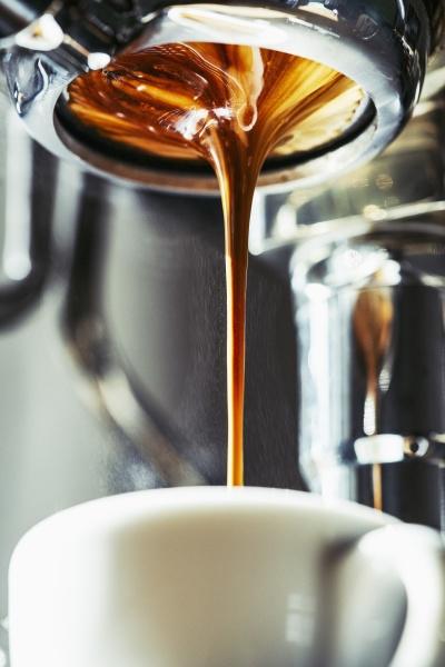 espresso aus naechster naehe tropft in