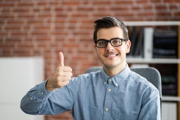 happy man video konferenz webinar portrait