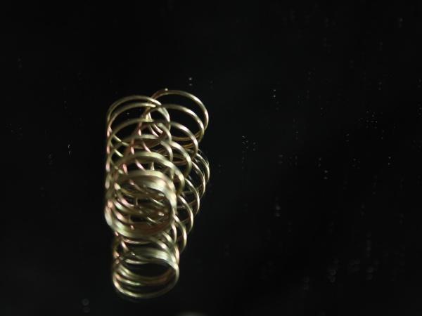 metallfeder rund spiralfoermig reflexion elastisch