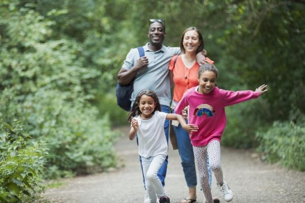 froehlicher familienlauf und wandern auf waldweg