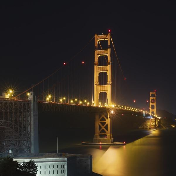 nachtansicht der gluehenden golden gate bridge