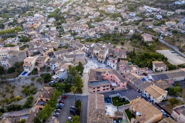spanien mallorca calvia helikopteransicht der altstadthaeuser