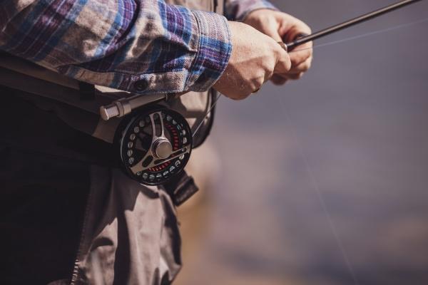 nahaufnahme von fischer binden angelrute auf