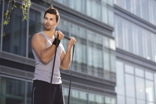 mann trainiert mit fitnessband
