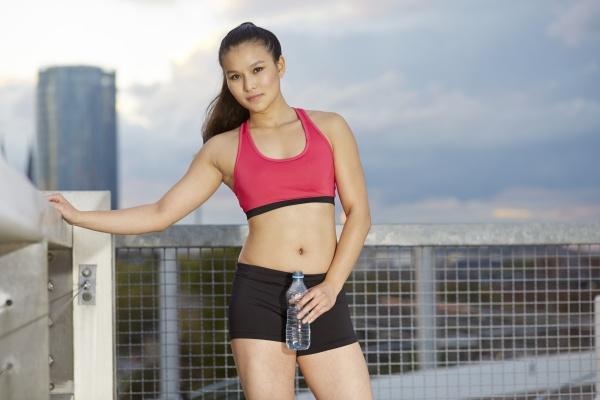 junge asiatische sportlerin mit einer pause