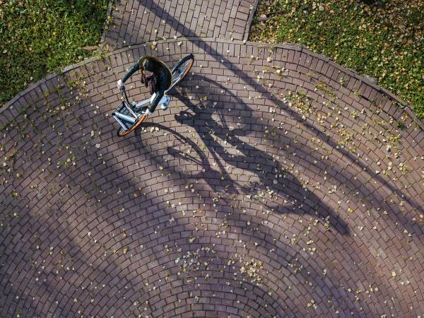 luftaufnahme junger radfahrerin im herbstpark
