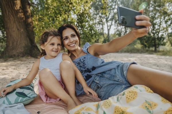mutter und tochter machen selfie auf