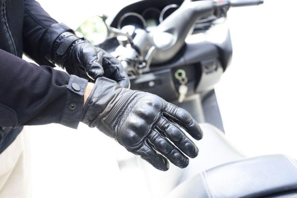 haende von biker setzen schutzhandschuhe