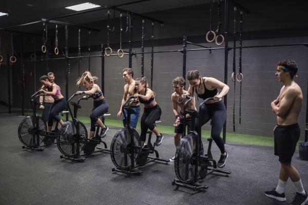 athleten trainieren auf dem fitness bike