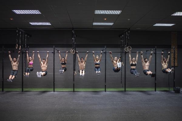 männliche, und, weibliche, athleten, die, im, fitnessstudio - 29125746