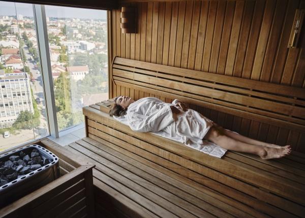 seniorin, entspannt, sich, in, holzsauna, während - 29130081