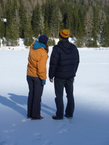 paar im winter spazieren