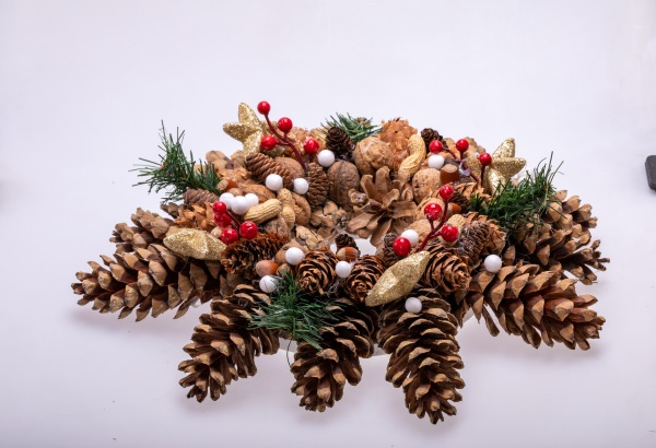 weihnachtsschmuck mit tannenzapfen und nuessen