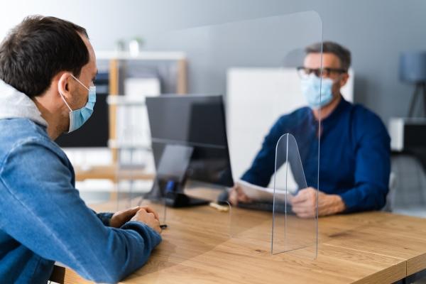 job interview in covid gesichtsmaske